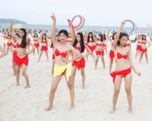 Flashmob bikini tại biển Đà Nẵng