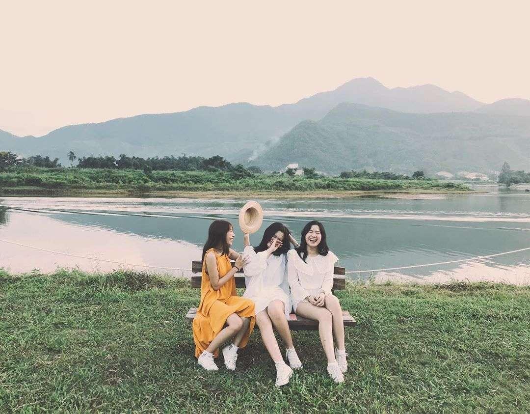 các bạn nữ chụp ảnh ở Yên Retreat Đà Nẵng