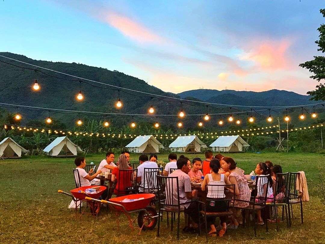 buổi tối quây quần ăn tối cùng nhau ở Yên Retreat Đà Nẵng