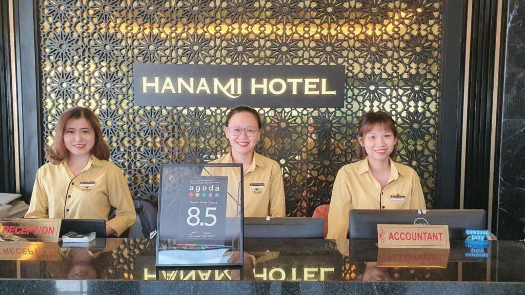 nhân viên lễ tân tại Hanami Hotel Danang
