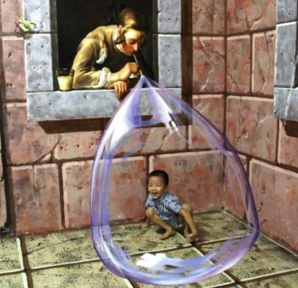 thằng nhỏ chụp hình tại Bảo tàng 3D TrickEye Đà Nẵng