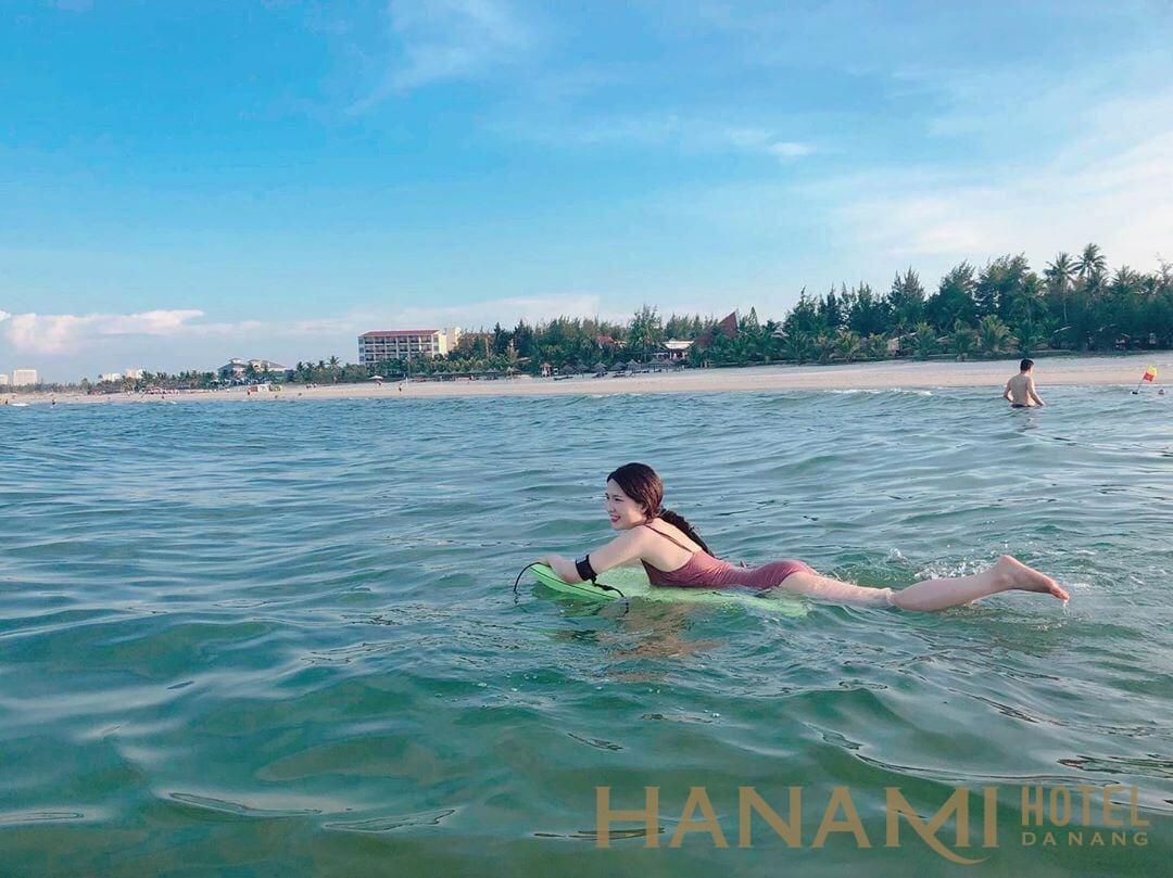 cô gái bơi ở bãi biển non nước đà nẵng