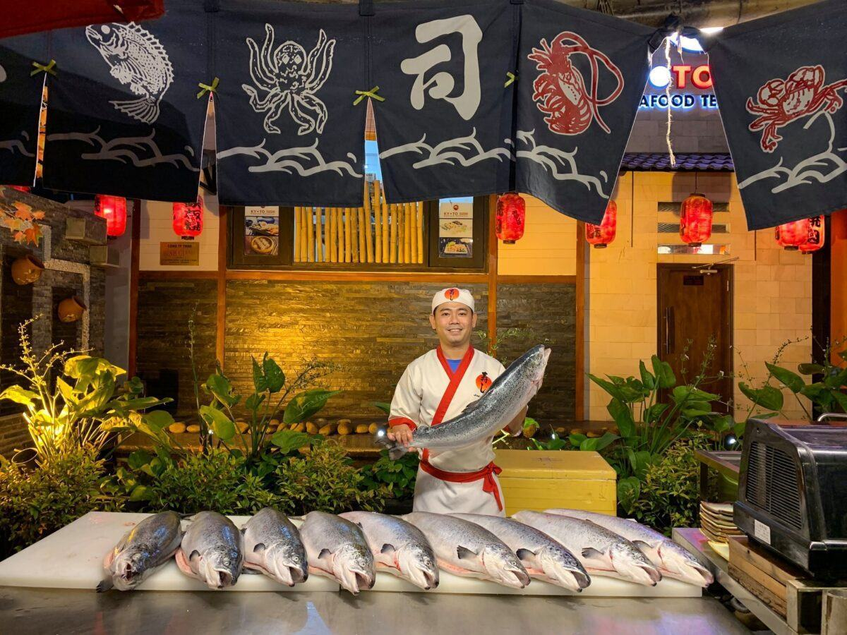 mổ cá hồi tươi tại quán nướng Kyoto Shushi Đà Nẵng