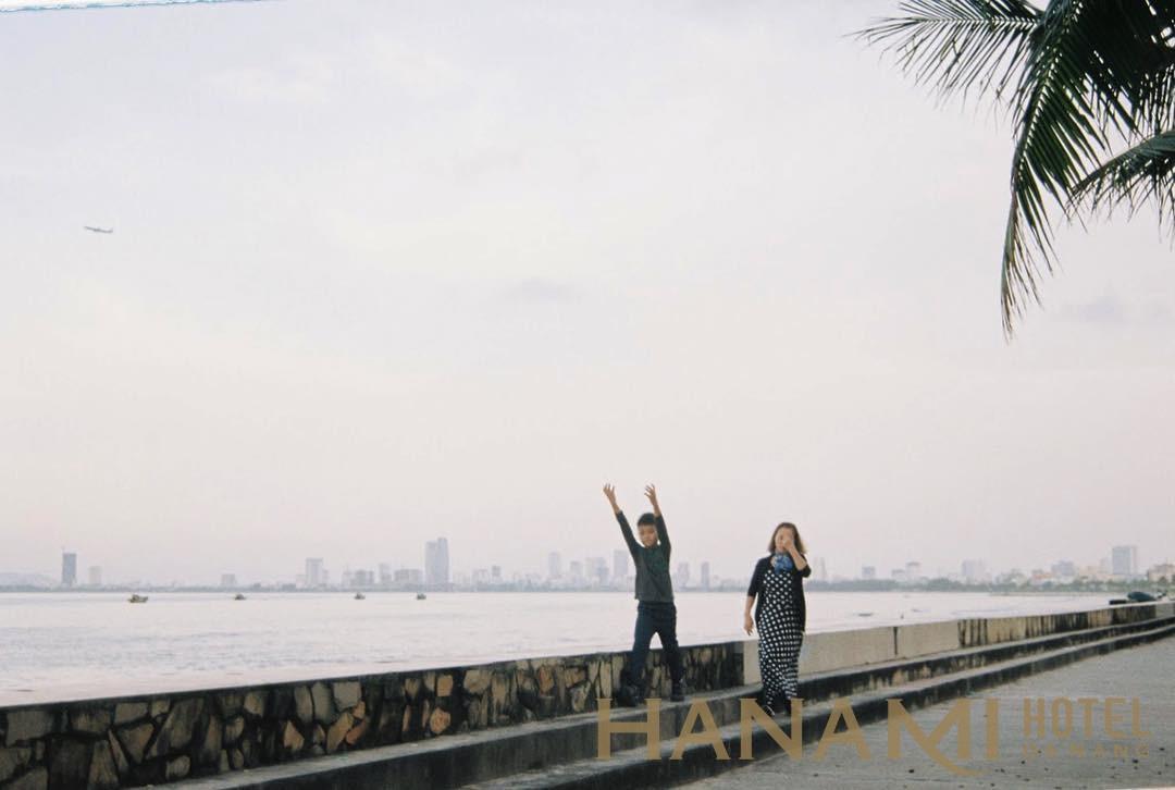 2 người chụp ảnh ở bãi biển thanh bình Đà Nẵng