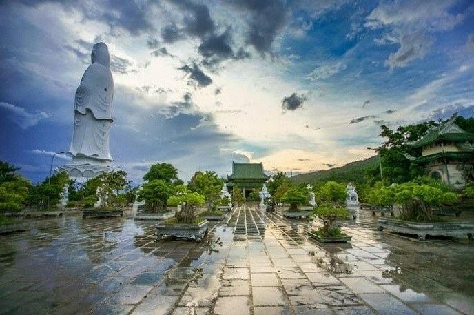 quang cảnh chùa linh ứng