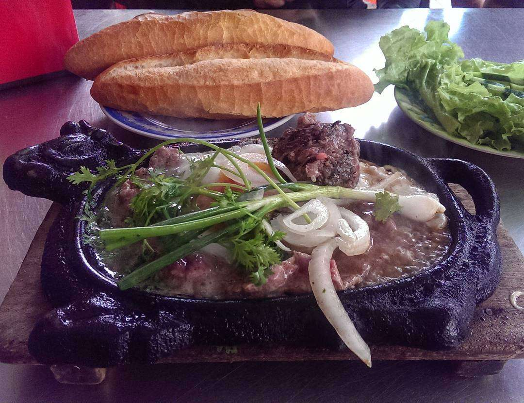 dĩa Bò Né Quốc Minh Đà Nẵng rất ngon gồm cả bánh mỳ