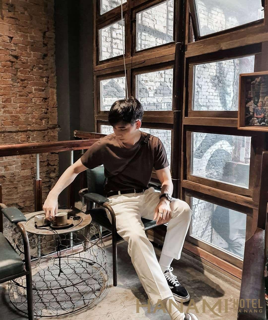 bạn trai Hàn Quốc chụp ảnh check in tại Cộng Cà Phê Đà Nẵng