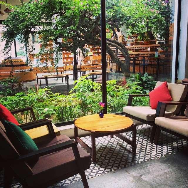 không gian ấm áp của Đà Nẵng Souvenirs & cafe