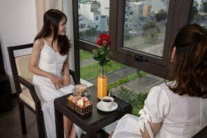 Du lịch trăng mật - Uống trà chiều tại khách sạn