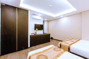 phòng khách sạn 1 giường lớn 1 giường nhỏ