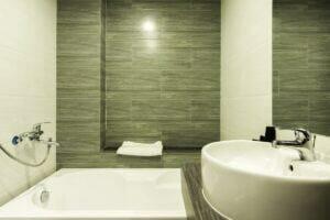 Phòng khách sạn có bồn tắm