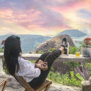 ngồi nhâm nhi ly cafe ngắm cảnh ở đèo Hải Vân
