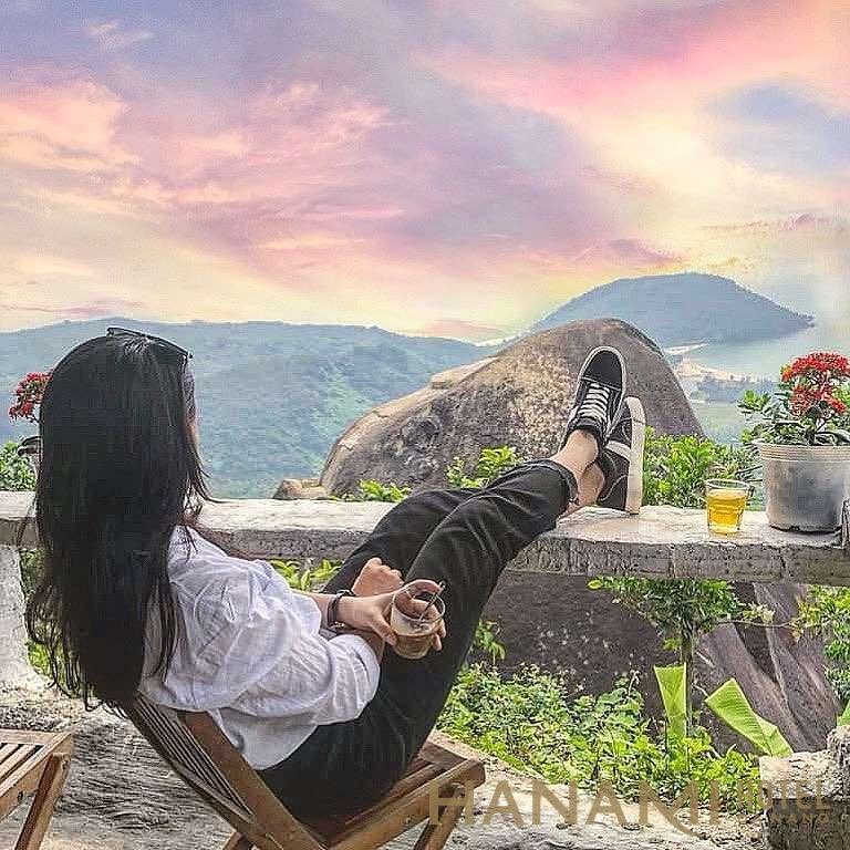 ngồi nhâm nhi ly cafe ngắm cảnh ở đèo Hải Vân khi đi du lịch Đà Nẵng là một trải nghiệm tuyệt vời