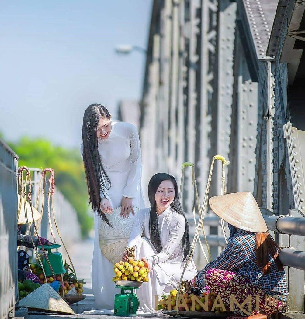 tà áo dài nữ sinh tung bay trên cầu Tràng Tiền