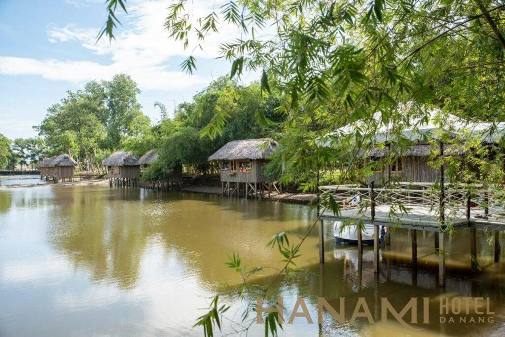 chòi câu cá bên bờ hồ ở khu du lịch sinh thái Hà GIa