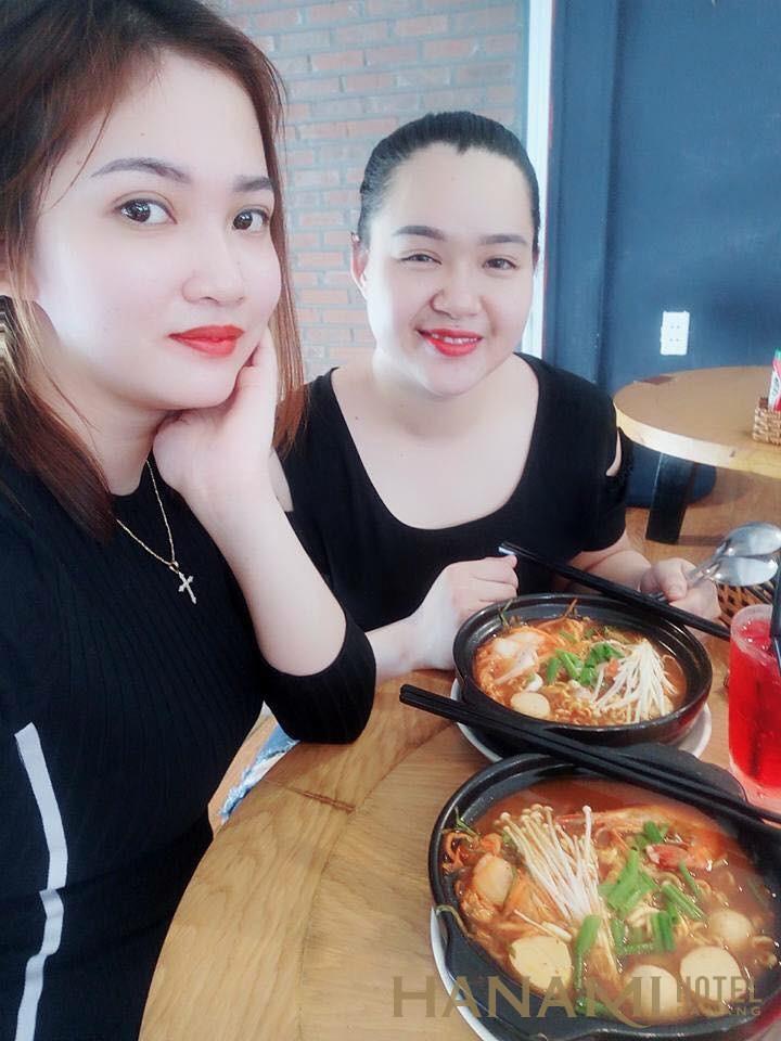 2 vị khách quen của quán mì cay Hot Hot Đà Nẵng