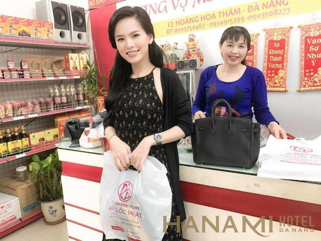 khách mua rong biển ở đặc sản Đại Lộc Phát Đà Nẵng