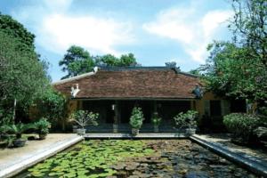 Ao sen hay bể cạn phía trước nhà đại diện cho yếu tố thủy trong kiến trúc nhà vườn xưa
