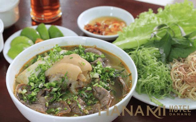 Bún bò Đà Nẵng kèm topping