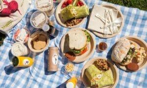 chuẩn bị sẵn đồ ăn cho chuyến đi picnic